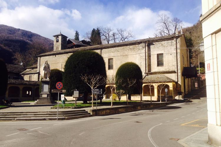 Varallo, Piazza Ferrari e chiesa di Santa maria delle Grazie