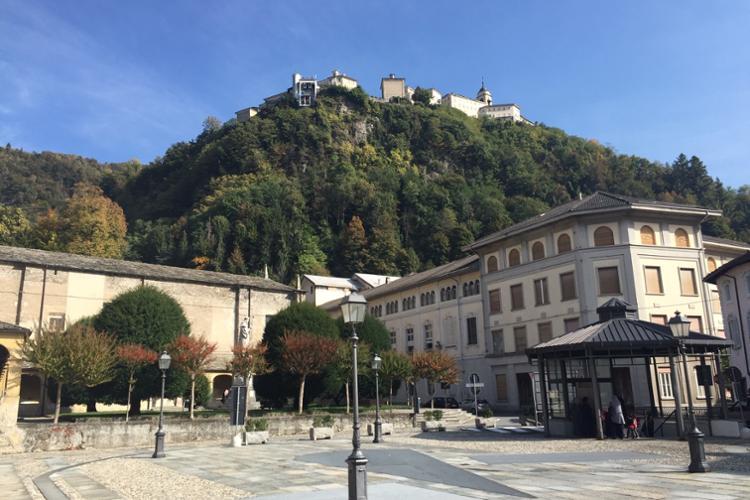 Varallo, Piazza Ferrari, con la chiesa di santa Maria delle Grazie e scorcio del Sacro Monte