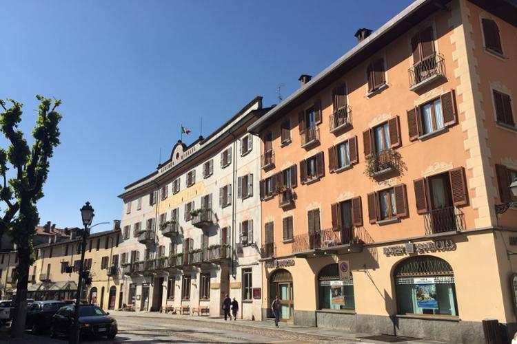 Varallo, Allea (corso Roma) e storico Albergo Italia