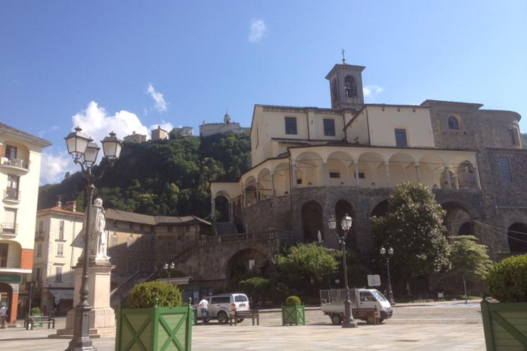 Varallo, Piazza Vittorio Emanuele II, chiesa Collegiata di San Gaudenzio e scorcio del Sacro Monte